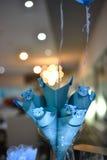 Γλυκός μπλε teddy αντέχει τις καραμέλες Στοκ εικόνες με δικαίωμα ελεύθερης χρήσης