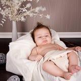 Γλυκό λίγο μικρό παιδί νηπίων μωρών στο κάλυμμα στο καλάθι Στοκ Εικόνες