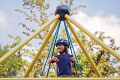 Γλυκό αγόρι στην παιδική χαρά, που παίζει και που απολαμβάνει την παιδική ηλικία Στοκ φωτογραφία με δικαίωμα ελεύθερης χρήσης