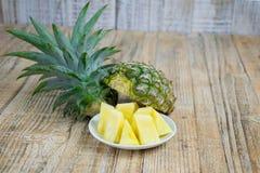 Γλυκό ανανά με τις φέτες που απομονώνονται Στοκ φωτογραφία με δικαίωμα ελεύθερης χρήσης