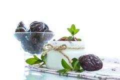 Γλυκό γιαούρτι γάλακτος με τα δαμάσκηνα Στοκ εικόνα με δικαίωμα ελεύθερης χρήσης
