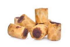 Γλυκό επιδόρπιο, ρόλος μπισκότων σοκολάτας που απομονώνεται στο λευκό Στοκ Εικόνα