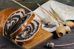 Γλυκό εύγευστο strudel με τους σπόρους παπαρουνών Στοκ φωτογραφία με δικαίωμα ελεύθερης χρήσης