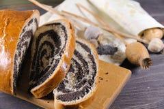 Γλυκό εύγευστο strudel με τους σπόρους παπαρουνών Στοκ Φωτογραφίες