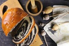Γλυκό εύγευστο strudel με τους σπόρους παπαρουνών Στοκ Εικόνα