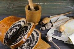 Γλυκό εύγευστο strudel με τους σπόρους παπαρουνών Στοκ εικόνες με δικαίωμα ελεύθερης χρήσης