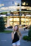 Γλυκό ελκυστικό νέο θηλυκό που εξετάζει τη κάμερα, το χαμόγελο και pos Στοκ Εικόνες