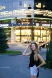 Γλυκό ελκυστικό νέο θηλυκό που εξετάζει τη κάμερα, το χαμόγελο και pos Στοκ εικόνες με δικαίωμα ελεύθερης χρήσης
