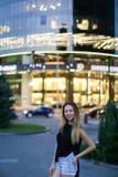 Γλυκό ελκυστικό νέο θηλυκό που εξετάζει τη κάμερα, το χαμόγελο και pos Στοκ Φωτογραφία