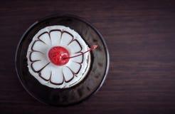 Γλυκό κέικ με ένα κεράσι Στοκ εικόνα με δικαίωμα ελεύθερης χρήσης
