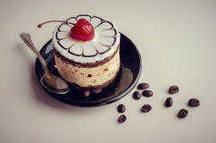 Γλυκό κέικ με ένα κεράσι Στοκ φωτογραφία με δικαίωμα ελεύθερης χρήσης