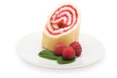 Γλυκό κέικ ρόλων με τη μαρμελάδα και τα μούρα σμέουρων, που απομονώνονται σε ένα wh Στοκ Εικόνες