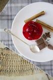 Γλυκό κέικ σμέουρων με τα αστέρια σοκολάτας, κανέλας και anis Στοκ φωτογραφίες με δικαίωμα ελεύθερης χρήσης