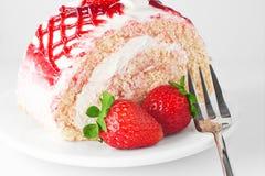Γλυκό κέικ φραουλών στο άσπρο πιάτο με το δίκρανο Στοκ φωτογραφία με δικαίωμα ελεύθερης χρήσης