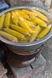 Γλυκό καλαμπόκι στο σπάδικα να βράσει στοκ φωτογραφίες με δικαίωμα ελεύθερης χρήσης
