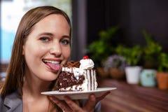 Γλυκό κομμάτι εκμετάλλευσης γυναικών δοντιών του κέικ Στοκ Φωτογραφία