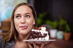 Γλυκό κομμάτι εκμετάλλευσης γυναικών δοντιών του κέικ Στοκ Εικόνες