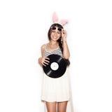 Γλυκό κορίτσι που έχει τη διασκέδαση με το μουσικό πιάτο στο άσπρο υπόβαθρο Στοκ εικόνες με δικαίωμα ελεύθερης χρήσης