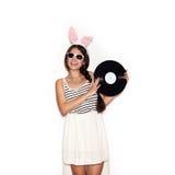 Γλυκό κορίτσι που έχει τη διασκέδαση με το μουσικό πιάτο στο άσπρο υπόβαθρο Στοκ Εικόνες
