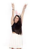 Γλυκό κορίτσι που έχει τη διασκέδαση στο άσπρο υπόβαθρο Στοκ φωτογραφίες με δικαίωμα ελεύθερης χρήσης