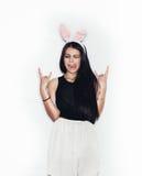 Γλυκό κορίτσι στα ρόδινα αυτιά λαγουδάκι που έχουν τη διασκέδαση στο άσπρο υπόβαθρο Στοκ εικόνες με δικαίωμα ελεύθερης χρήσης