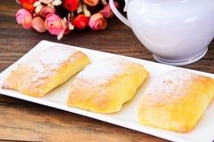 Γλυκό κουλούρι αρτοποιείων με το τυρί, τη Apple και την κανέλα Στοκ Εικόνες