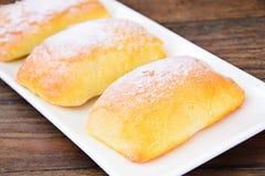 Γλυκό κουλούρι αρτοποιείων με το τυρί, τη Apple και την κανέλα Στοκ Φωτογραφίες