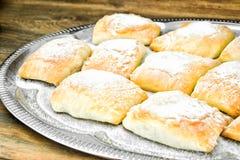 Γλυκό κουλούρι αρτοποιείων με το τυρί, τη Apple και την κανέλα Στοκ εικόνες με δικαίωμα ελεύθερης χρήσης