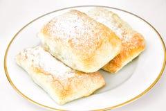 Γλυκό κουλούρι αρτοποιείων με το τυρί, τη Apple και την κανέλα Στοκ φωτογραφίες με δικαίωμα ελεύθερης χρήσης