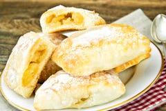 Γλυκό κουλούρι αρτοποιείων με το τυρί, τη Apple και την κανέλα Στοκ εικόνα με δικαίωμα ελεύθερης χρήσης
