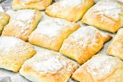 Γλυκό κουλούρι αρτοποιείων με το τυρί, τη Apple και την κανέλα Στοκ φωτογραφία με δικαίωμα ελεύθερης χρήσης