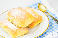 Γλυκό κουλούρι αρτοποιείων με το τυρί, τη Apple και την κανέλα Στοκ Φωτογραφία