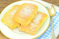 Γλυκό κουλούρι με το τυρί, τη Apple και την κανέλα Στοκ Φωτογραφία