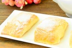 Γλυκό κουλούρι με το τυρί, τη Apple και την κανέλα Στοκ εικόνα με δικαίωμα ελεύθερης χρήσης