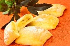 Γλυκό κουλούρι με το τυρί, τη Apple και την κανέλα Στοκ Εικόνα