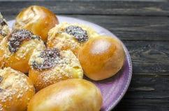 Γλυκό κουλούρι στο ιώδες πιάτο Στοκ Φωτογραφίες