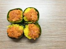 Γλυκό κολλώδες ρύζι την κρέμα αυγών και το γλυκό κάλυμμα καρύδων, που τυλίγονται με στο φύλλο μπανανών Δημοφιλές ταϊλανδικό επιδό στοκ φωτογραφία