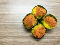 Γλυκό κολλώδες ρύζι την κρέμα αυγών και το γλυκό κάλυμμα καρύδων, που τυλίγονται με στο φύλλο μπανανών Δημοφιλές ταϊλανδικό επιδό στοκ εικόνες