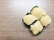 Γλυκό κολλώδες ρύζι την κρέμα αυγών και το γλυκό κάλυμμα καρύδων, που τυλίγονται με στο φύλλο μπανανών Δημοφιλές ταϊλανδικό επιδό στοκ εικόνα