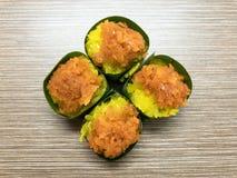 Γλυκό κολλώδες ρύζι την κρέμα αυγών και το γλυκό κάλυμμα καρύδων, που τυλίγονται με στο φύλλο μπανανών Δημοφιλές ταϊλανδικό επιδό στοκ φωτογραφίες