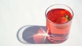 Γλυκό κρύο ποτό φράουλα-σμέουρων με ολόκληρη μια φράουλα Στοκ Εικόνες