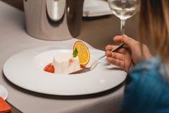 Γλυκό μίνι επιδόρπιο με τη φράουλα σε ένα πιάτο στο ακριβό εστιατόριο Στενή όψη στοκ φωτογραφία