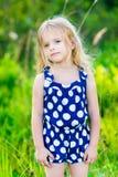 Γλυκό μικρό κορίτσι με τη μακριά ξανθή σγουρή τρίχα, υπαίθριο πορτρέτο Στοκ φωτογραφία με δικαίωμα ελεύθερης χρήσης
