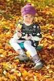 Γλυκό μικρό κορίτσι στο χρόνο πτώσης Στοκ Εικόνα