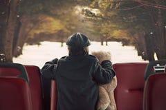 Γλυκό μικρό παιδί, που οδηγά σε ένα λεωφορείο, πρωινό στοκ φωτογραφία