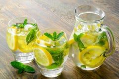 Γλυκό νερό με το λεμόνι, τη μέντα και το αγγούρι Στοκ Εικόνες