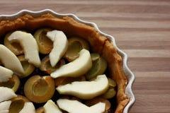 Γλυκό ξινό κέικ με τα δαμάσκηνα και τα αχλάδια - clafoutis δαμάσκηνων και αχλαδιών Στοκ φωτογραφία με δικαίωμα ελεύθερης χρήσης