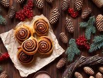Γλυκό σπιτικό ψήσιμο Χριστουγέννων Η κανέλα κυλά τα κουλούρια με την πλήρωση κακάου Σουηδικό επιδόρπιο Kanelbulle Τοπ όψη Στοκ Εικόνα