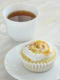 Γλυκό σπιτικό cupcake με τα ξέσματα καρύδων στοκ εικόνες