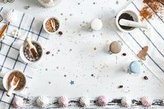Γλυκό δόντι επιτραπέζιων μαγείρων, με marshmallows, τα μπισκότα πιπεροριζών και άλλα goodies Τοπ όψη Στοκ Εικόνες